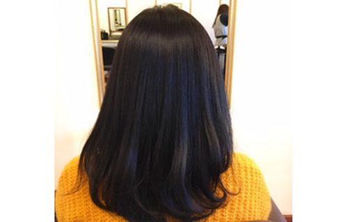 髪質改善のロングヘアの女性の後ろ姿