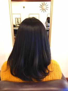 女性の後ろから見たヘアスタイル