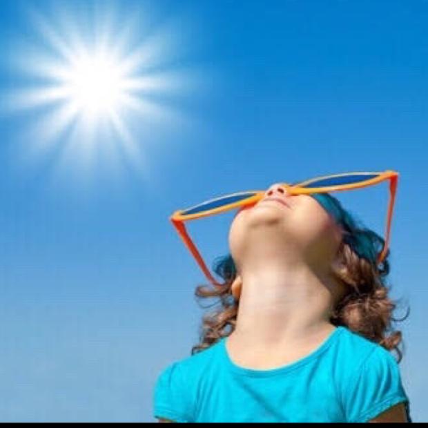 太陽とサングラスをかけた子供
